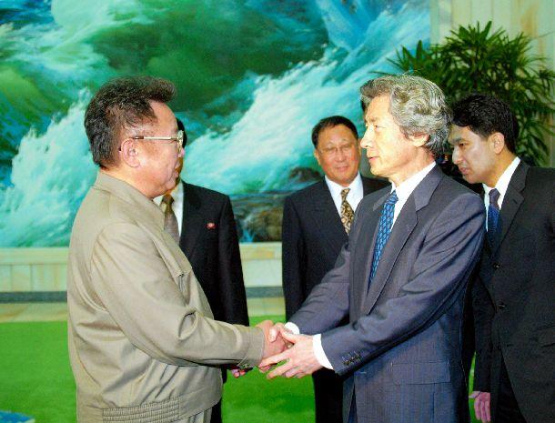 写真・図版 : 日朝首脳会談を終え、北朝鮮の金正日総書記(左)と両手で握手を交わす小泉純一郎首相 =2002年9月17日
