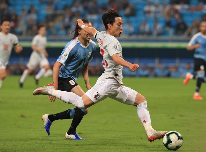写真・図版 : 日本―ウルグアイの前半、先制ゴールを決める三好