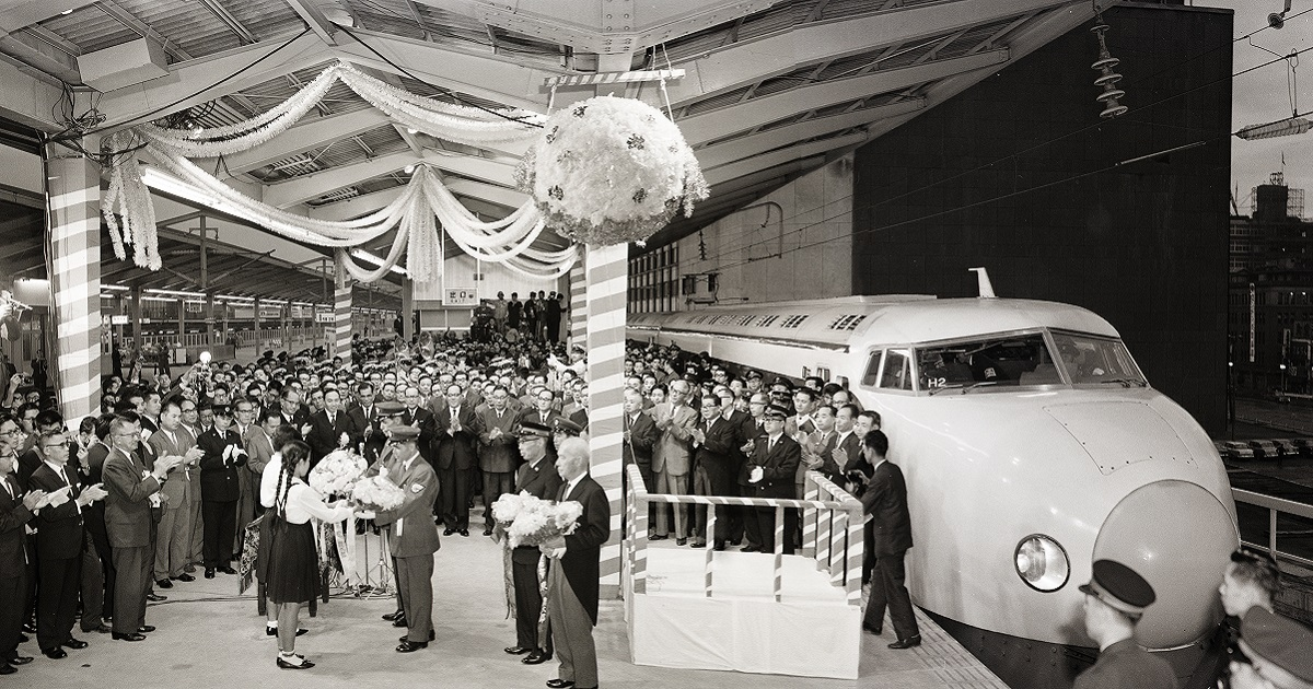 写真・図版 : 1964年10月1日、東海道新幹線の下り一番列車、新大阪行き「ひかり1号」の出発式=国鉄東京駅第9ホーム