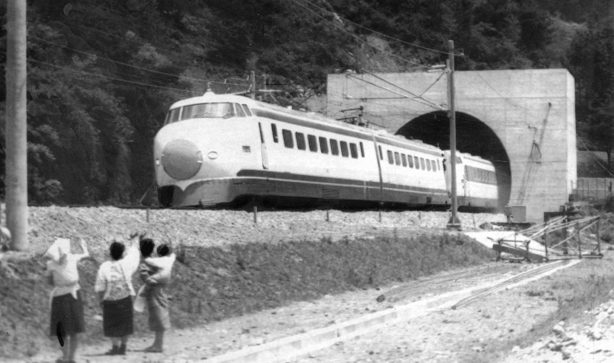 写真・図版 : 東海道新幹線の入線試験で新丹那トンネルを初めて通り抜けた試験電車