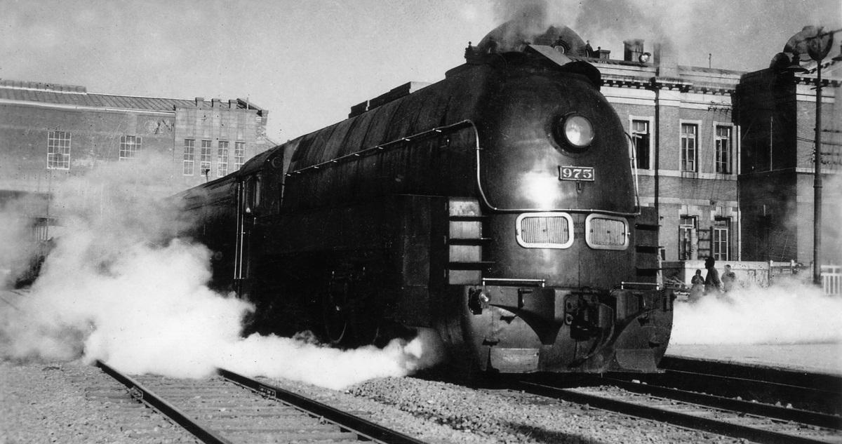 写真・図版 : 奉天駅を発車する満鉄の特急あじあ号=1935年ごろ