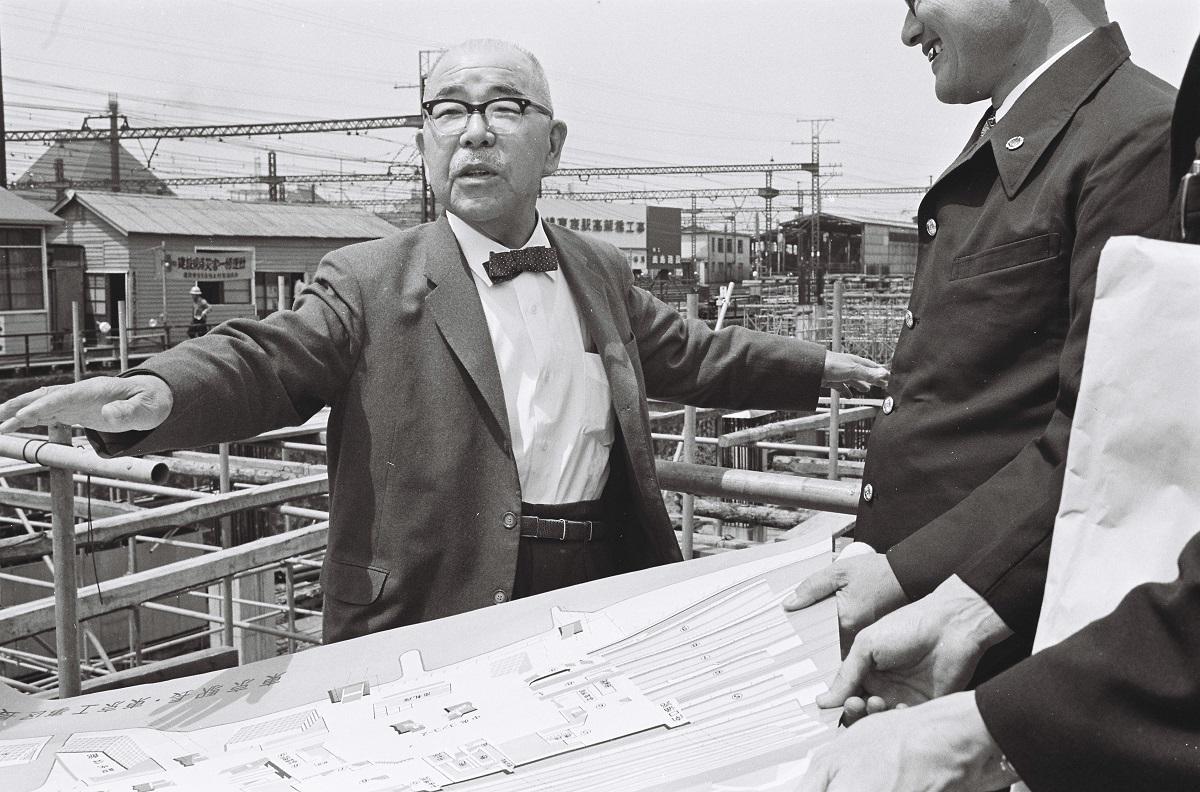 写真・図版 : 国鉄(当時)東京駅付近の東海道新幹線工事現場を視察する十河信二国鉄総裁=1962年7月