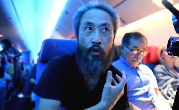 写真・図版 : 帰国便の中で記者の取材に応じる安田純平さん=2018年10月25日、イスタンブール