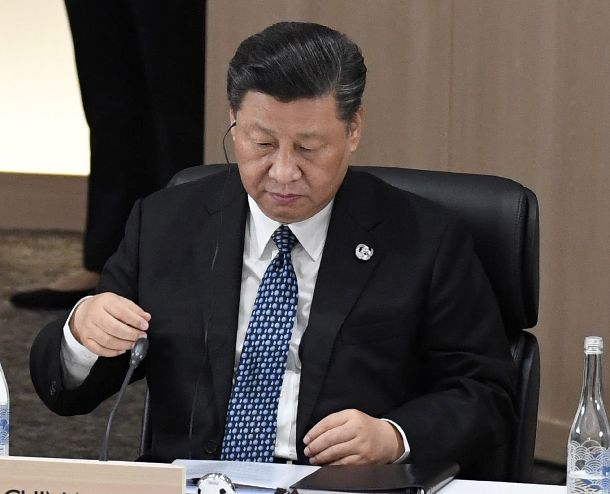 写真・図版 : 「G20」サミットのセッション3に臨む中国の習近平国家主席=2019年6月29日