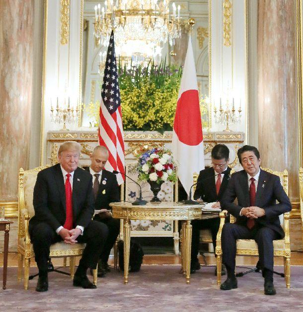 写真・図版 : 日米首脳会談に臨む安倍晋三首相とトランプ米大統領=2019年5月27日、東京・元赤坂の迎賓館