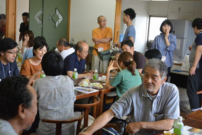 写真・図版 : 移住・定住者意見交換会で、情報交換や 近況などを語り合う参加者たち=6月22日、熊本県天草市