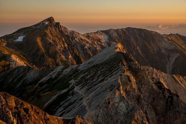 写真・図版 : 北アルプス白馬三山を温かい光が包み込む極上の朝、想像を超える自然の美に心震わす