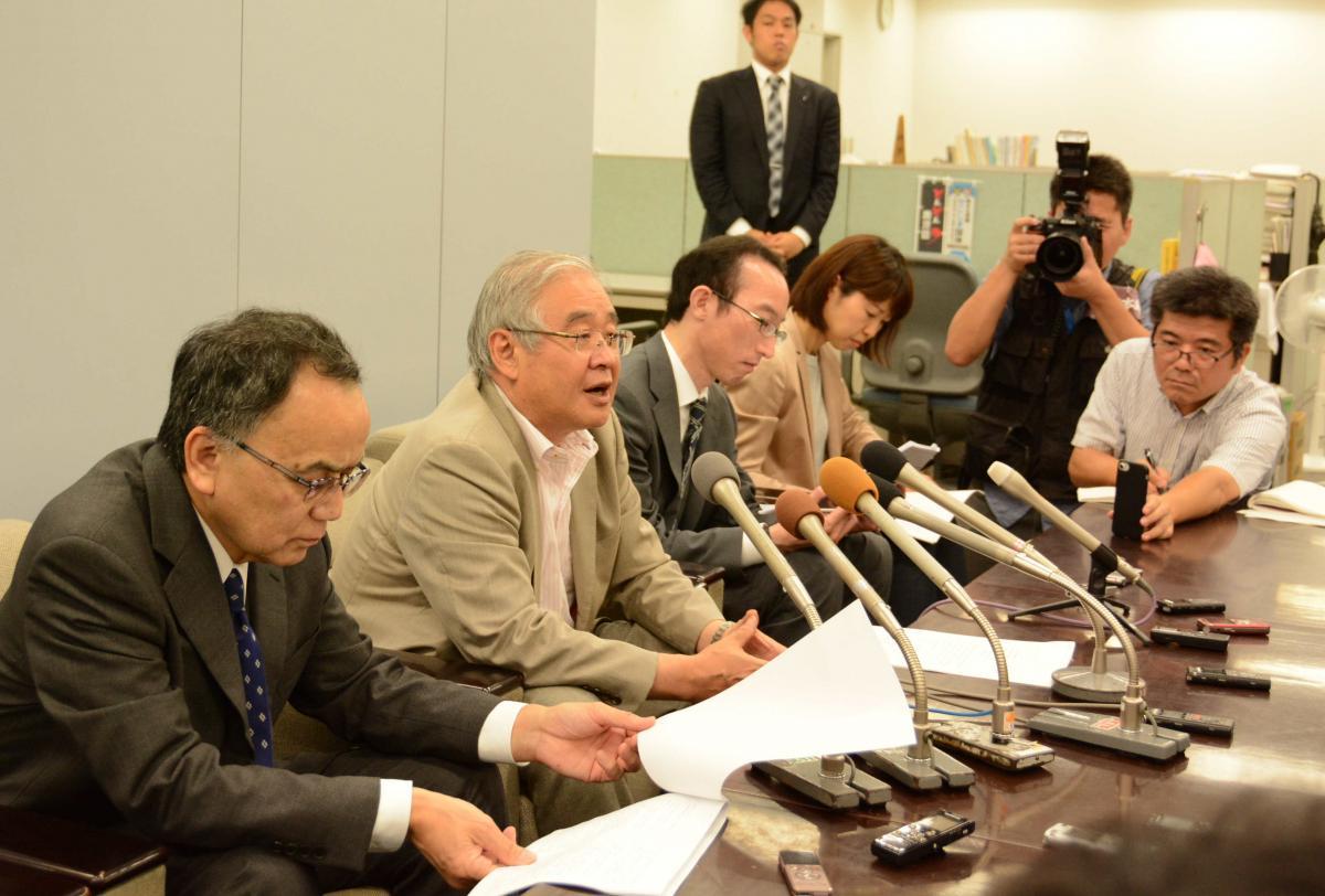 写真・図版 : 最高裁の決定後に記者会見する森雅美・弁護団長(左から2人目)ら=2019年6月26日