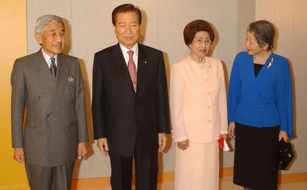 写真・図版 : 2002年6月、横浜でのサッカーW杯決勝に訪れた金大中・韓国大統領夫妻を迎える天皇(現上皇)夫妻。日本から天皇や上皇が訪韓する日がいつ来るのだろうか
