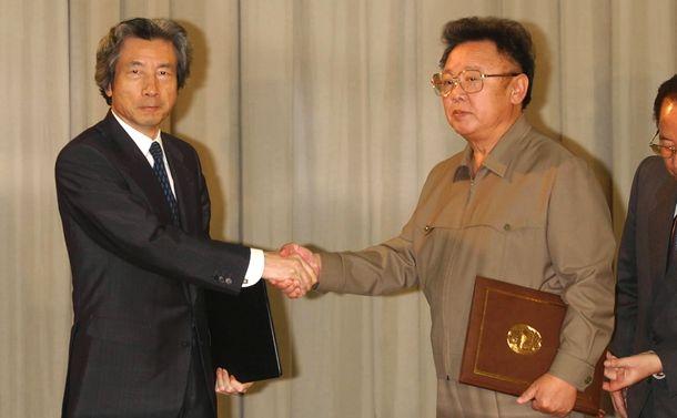 写真・図版 : 日朝平壌宣言の署名を終え握手する小泉純一郎首相と金正日・北朝鮮総書記=2002年9月17日、平壌市の百花園迎賓館