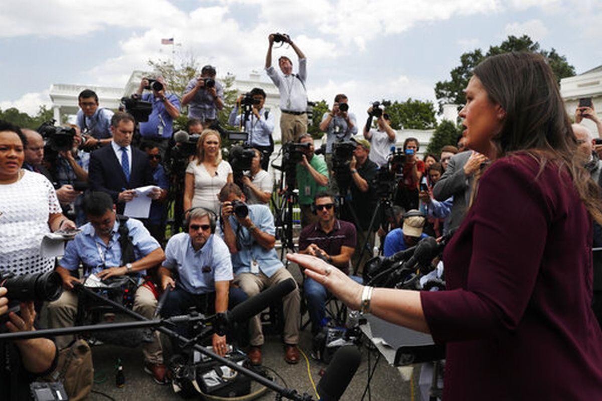 写真・図版 : 通常のブリーフィングルームではなく、屋外で取材に応じるサンダース報道官(6月末で辞職)=2019年5月29日、AP