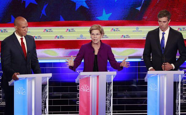 写真・図版 : テレビ討論の1日目にはウォーレン上院議員(中央)、オルーク元下院議員(向かって右)、ブッカー上院議員(向かって左)ら10人が登壇した=2019年6月26日、AP