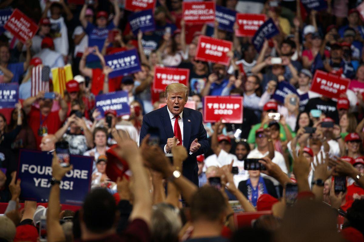 写真・図版 : 2020年大統領選の再選を目指して、米フロリダ州オーランドで行われた集会で演説するトランプ大統領=2019年6月18日、AP