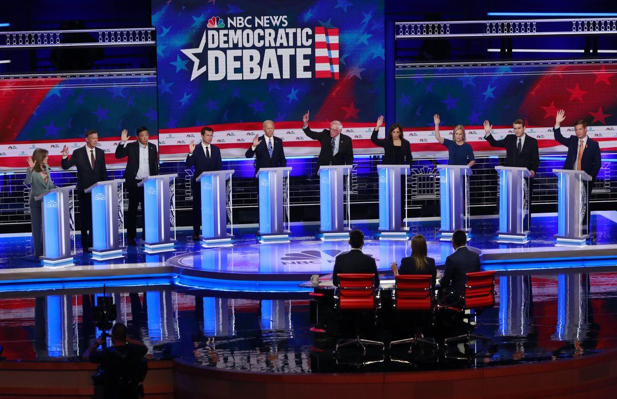 写真・図版 : 2020年の大統領選に向けた、民主党の候補者討論会2日目(6月27日)の様子=AP
