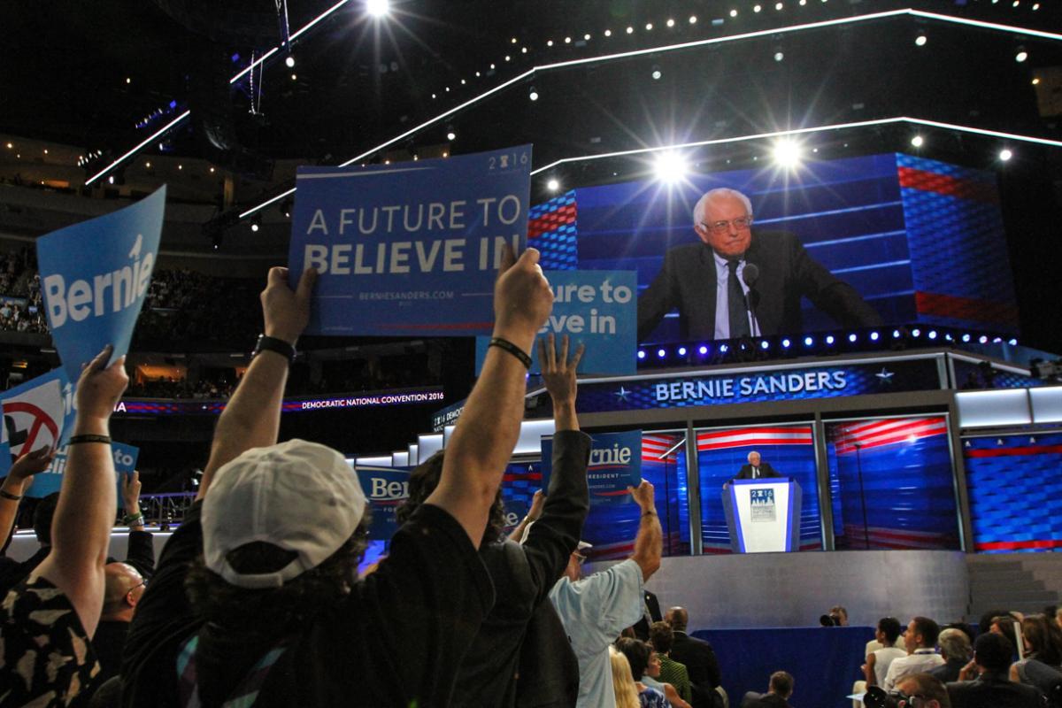 写真・図版 : 前回大統領選でヒラリー氏の候補指名を決める民主党大会で演説するサンダース氏=2016年7月25日