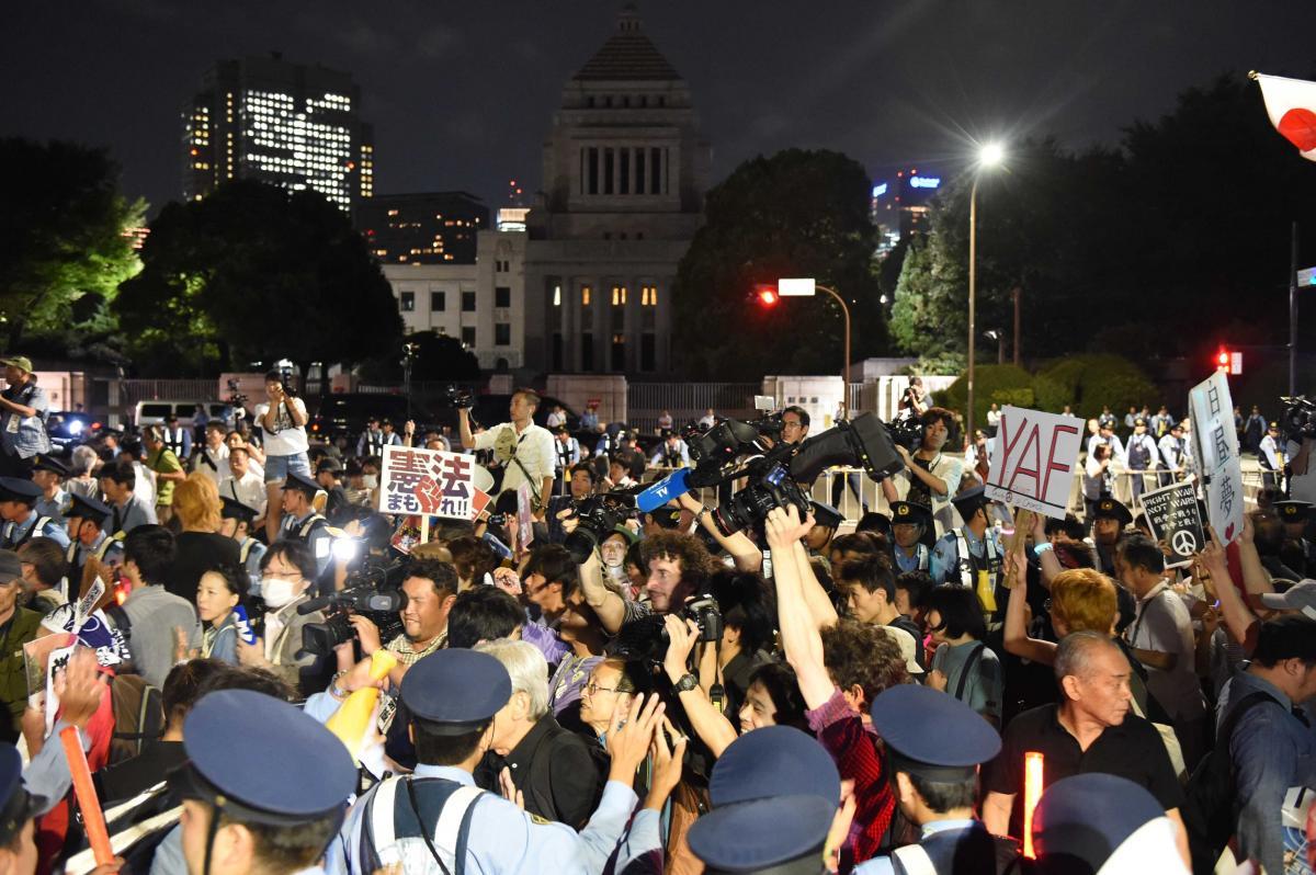 写真・図版 : 安保法制関連法案の廃案を求めて国会前に集まった人々=2015年9月15日