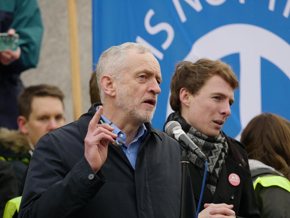 写真・図版 : 反核デモに参加してスピーチするコービン・イギリス労働党党首=2016年2月28日
