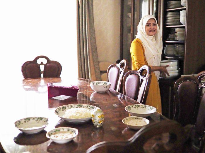 写真・図版 : 「お母さんがお皿にこだわりがあって、たくさん集めているの」と自慢の食器棚から料理を盛りつけるお皿を選ぶ留理華さん