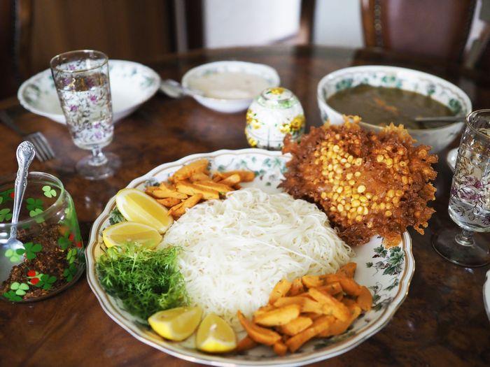 写真・図版 : レモンとパクチー、そして唐辛子で、自分好みの味付けをしていく