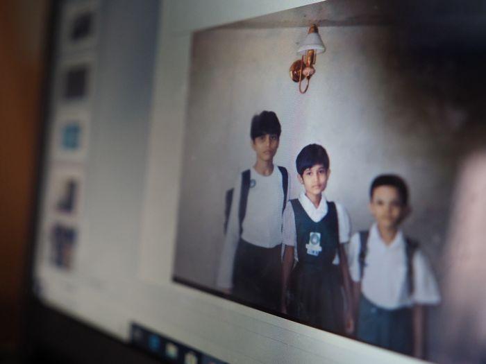写真・図版 : ヤンゴンにいた頃の留理華さん。左が姉、右が弟