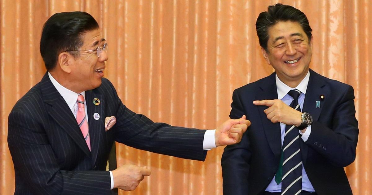吉本新喜劇メンバーの表敬訪問を受け、西川きよしさん(左)と話す安倍晋三首相=2019年6月6日午前11時53分、首相公邸、代表撮影 20190606