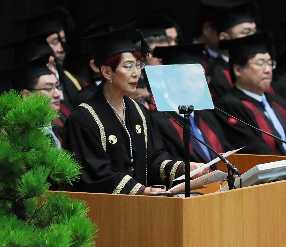 写真・図版 : 東京大学の入学式で祝辞を述べる上野千鶴子=2019年4月12日