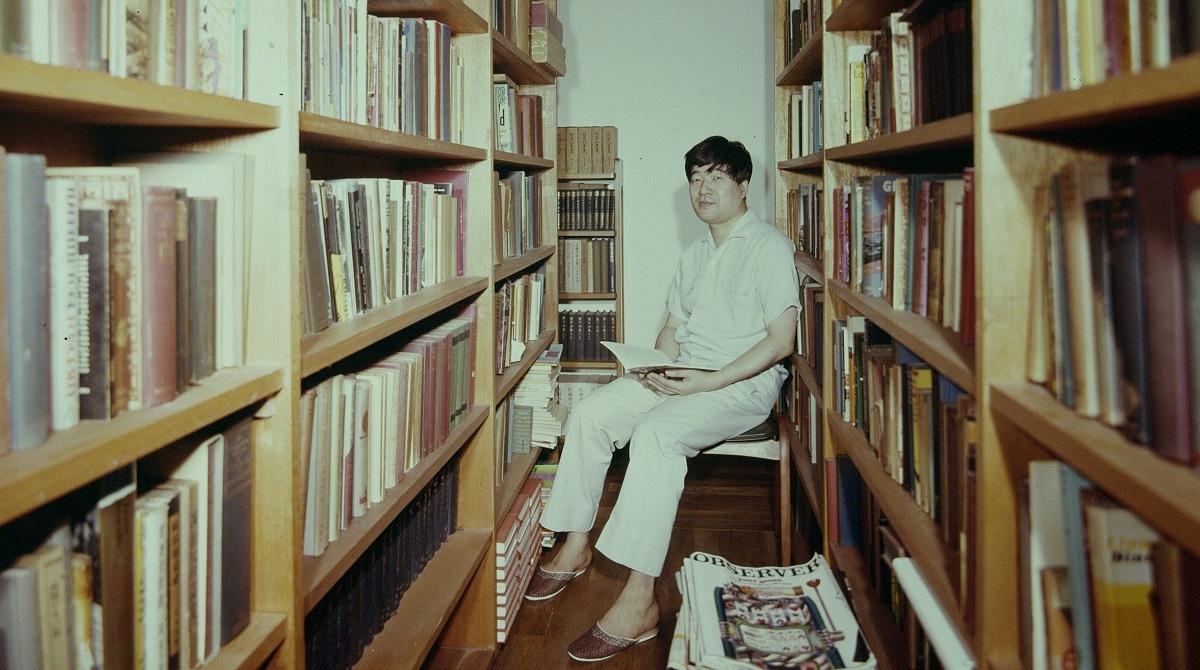 写真・図版 : 新聞や週刊朝日などで多くの書評を書き続けた丸谷才一氏=1968年