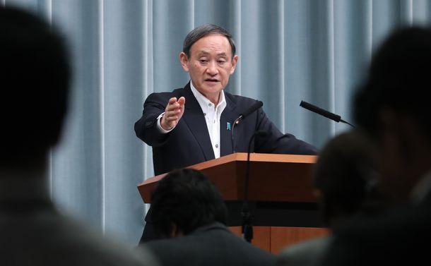 写真・図版 : 記者会見する菅官房長官