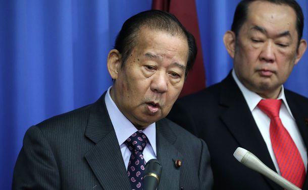 写真・図版 : 記者会見で質問に答える自民党の二階俊博幹事長=2019年4月9日