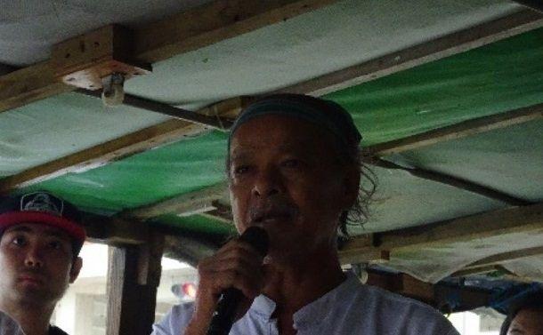写真・図版 : キャンプ・シュワブのゲート前のテントでベトナムの原発阻止の闘いについて語るインラサラさん