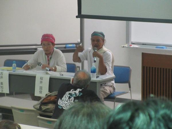 写真・図版 : 沖縄大学で講演するインラサラさん(右)