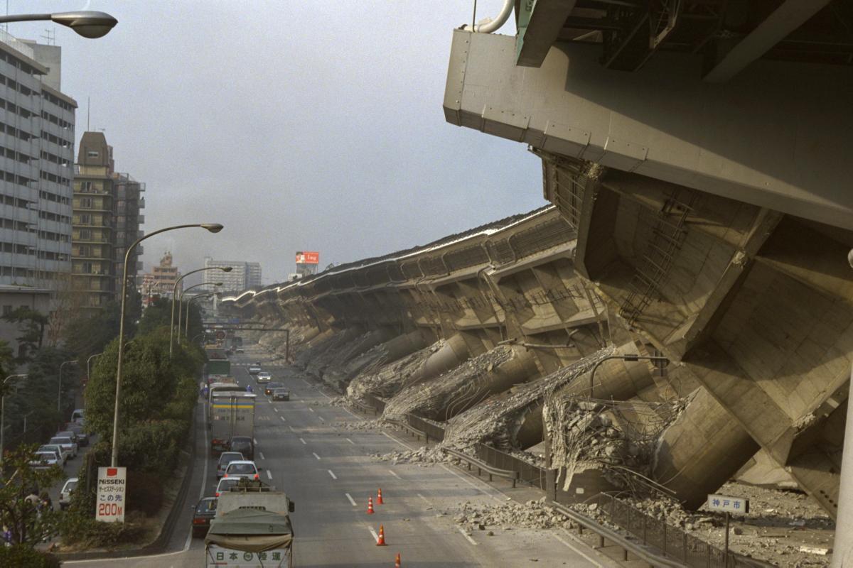 写真・図版 : 阪神・淡路大震災で倒壊した高速道路の高架=1995年1月17日