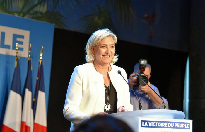 写真・図版 : 選挙結果が伝わり、笑顔で勝利宣言する仏国民連合のルペン党首=5月26日、パリ