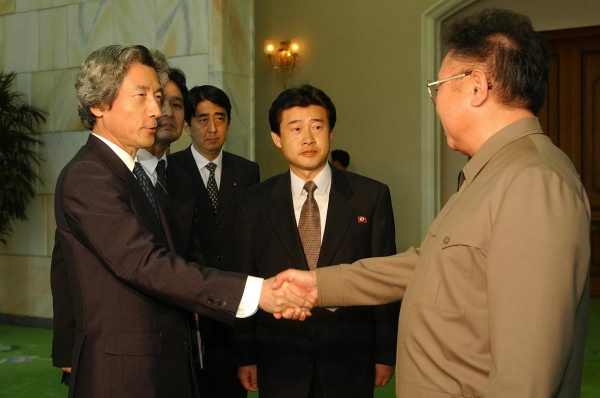 写真・図版 : 訪朝し日朝平壌宣言に署名後、握手する両首脳。安倍晋三氏は官房副長官として小泉首相に随行した=2002年9月17日