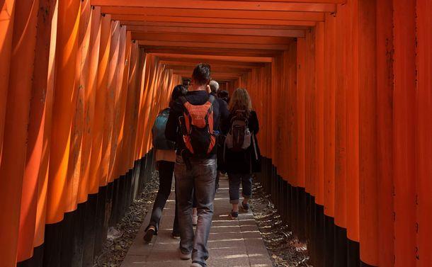 写真・図版 : 多くの外国人が訪れる京都の伏見稲荷