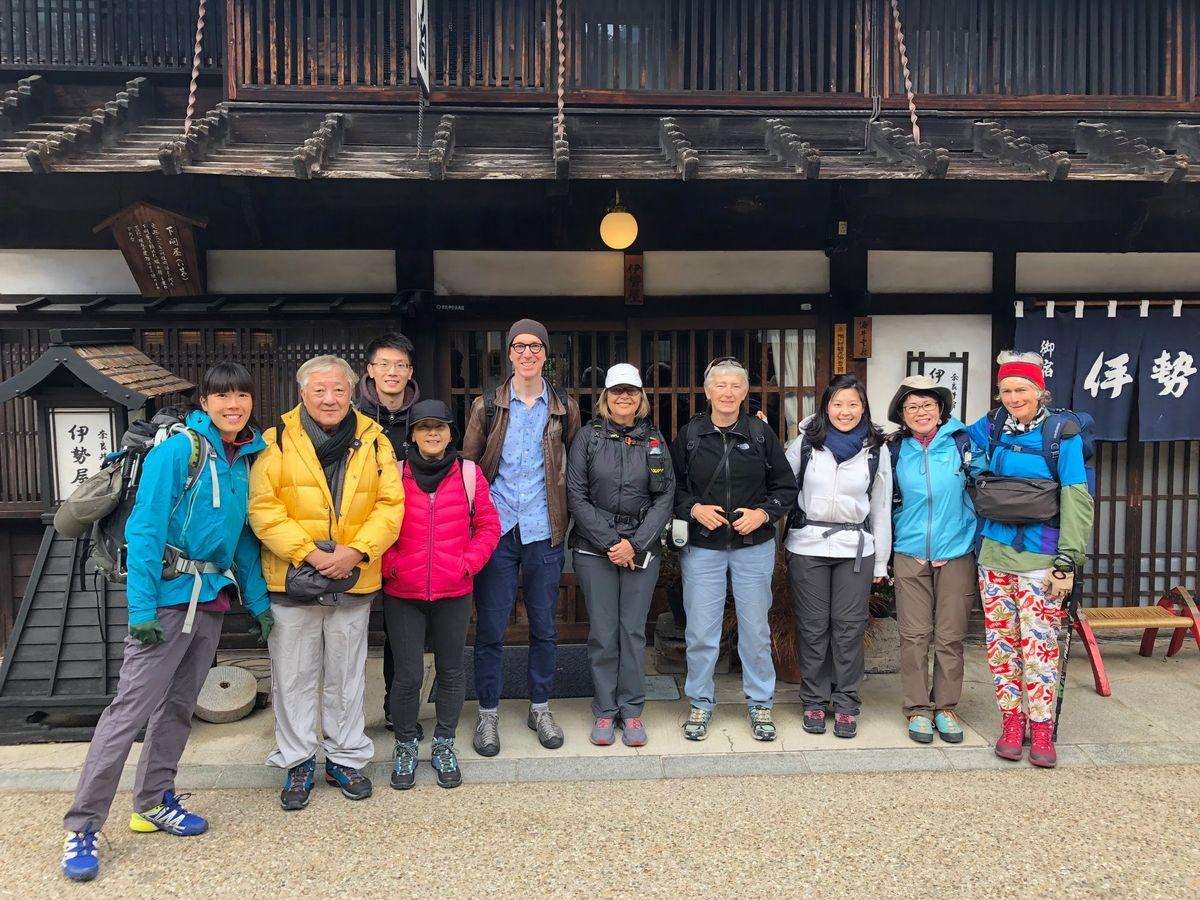 写真・図版 : 日本人の生活文化を求めてガイドツアーは各地で行われている=筆者提供