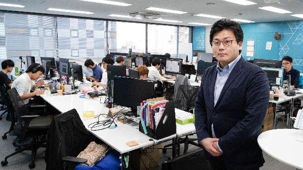 写真・図版 : JX通信社社内の光景と社長の米重克洋さん=撮影・吉永考宏