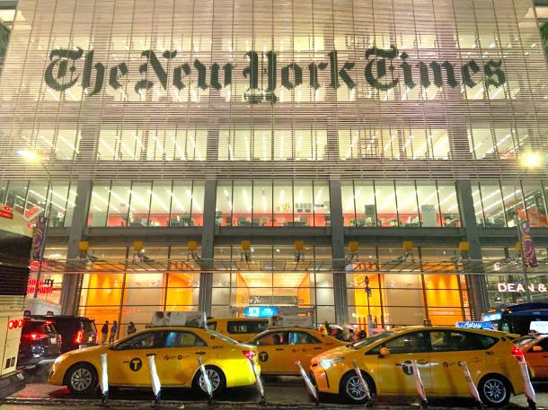 写真・図版 : 電子版で業績を伸ばすニューヨーク・タイムズの本社ビル=2月、米ニューヨーク市、ソフィー・ディング撮影