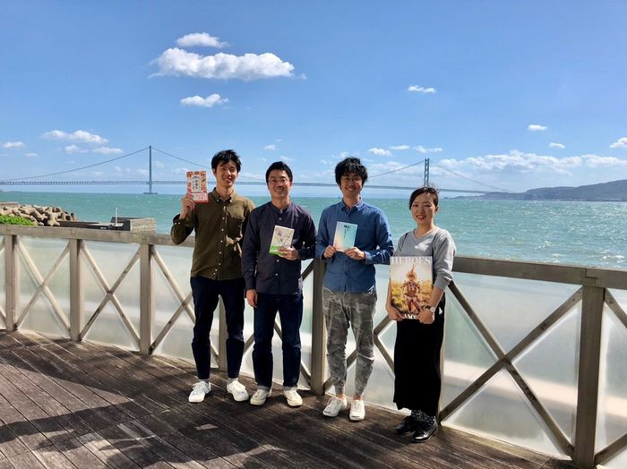 写真・図版 : 兵庫県明石市のライツ社は4人で設立された。右から2人目が大塚啓志郎社長、右から3人目が高野翔副社長