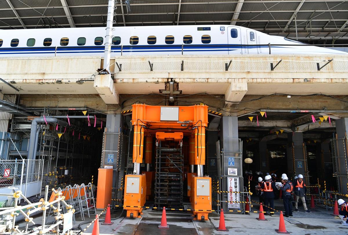 写真・図版 : リニア中央新幹線の名古屋駅新設工事現場。中央はこの工事現場のために作られた重機「りゅうじくん」=2019年3月