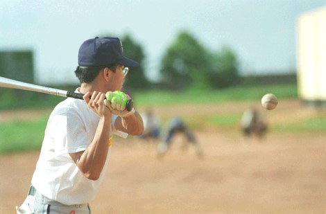 写真・図版 : ノック 中学生レベルの彼らとオリンピックを目指すことを決定し、さっそく特訓が始まった。(©橋本和典)