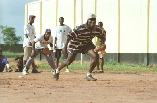 写真・図版 : 100本ノックを受ける選手たち ガタイはいいが、実力は中学生レベル。初めての特訓に真剣に向き合う選手たち。 (©橋本和典)