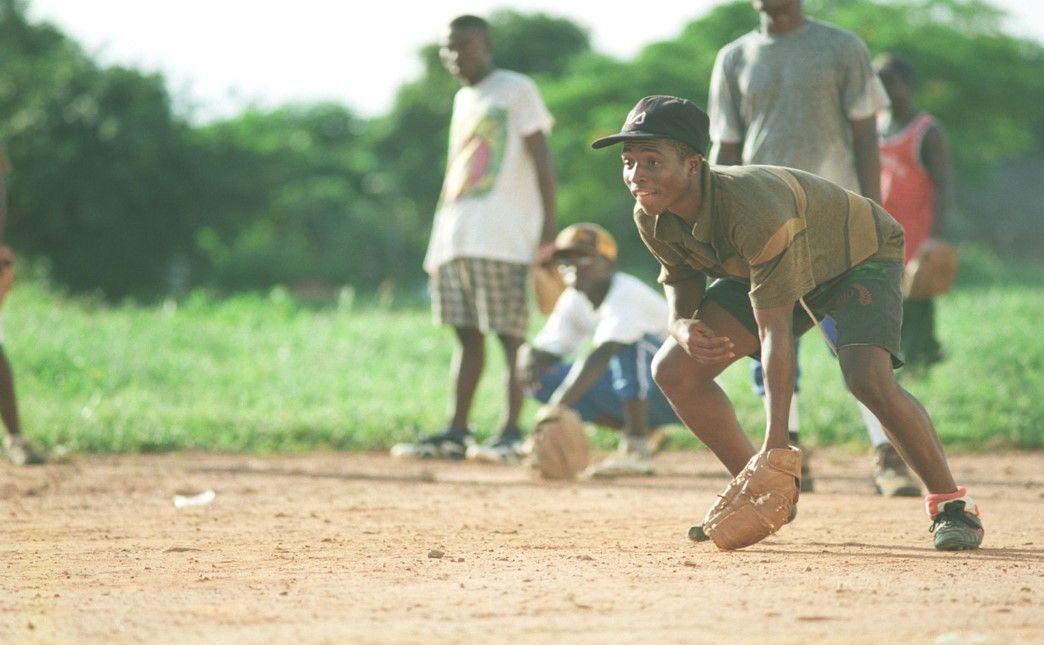 写真・図版 : ガーナの選手たちの練習風景 ユニフォームない中、一緒に汗を流してオリンピックを目指した日々。(©橋本和典)