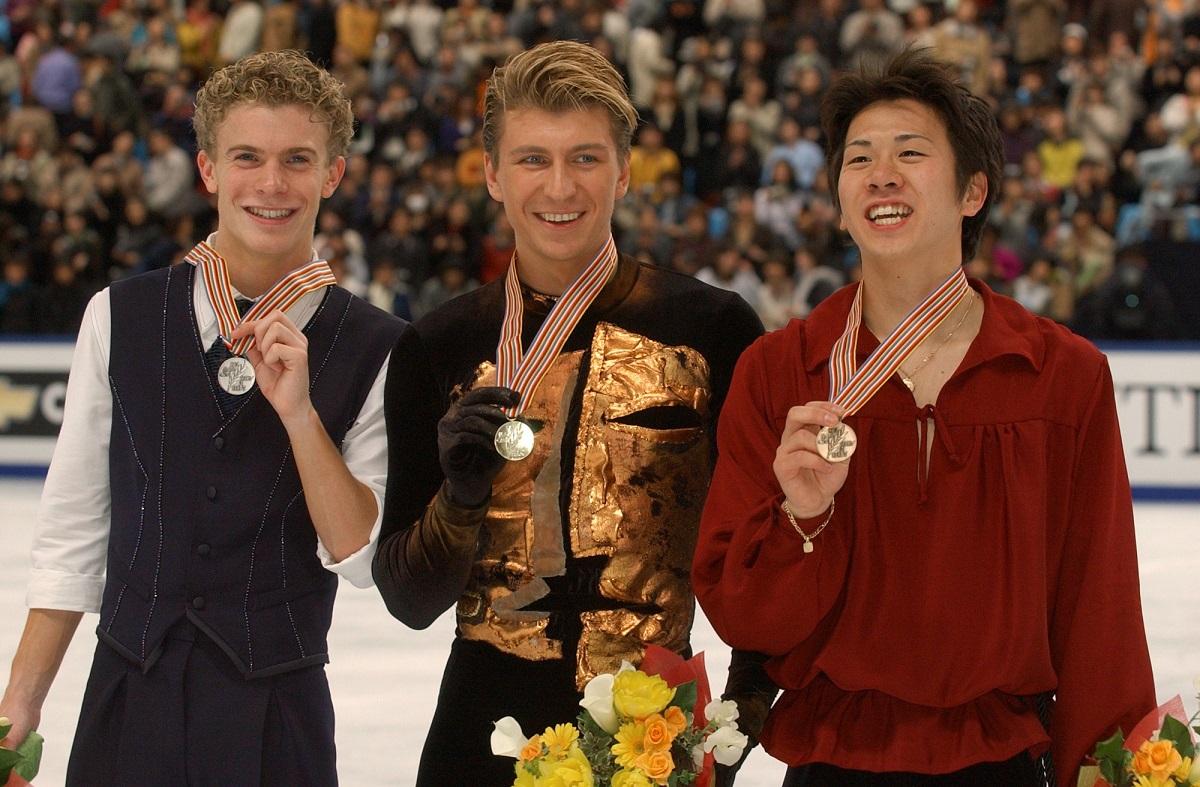 世界選手権男子シングル表彰式 銅メダルを獲得した本田武史(右)。中央は優勝したアレクセイ・ヤグディン(ロシア)、左は銀のティモシー・ゲーブル(米)