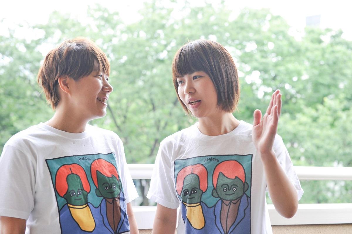 写真・図版 : 村上愛(左)と加納愛子=平郡政宏(カウンタック写真部) 撮影