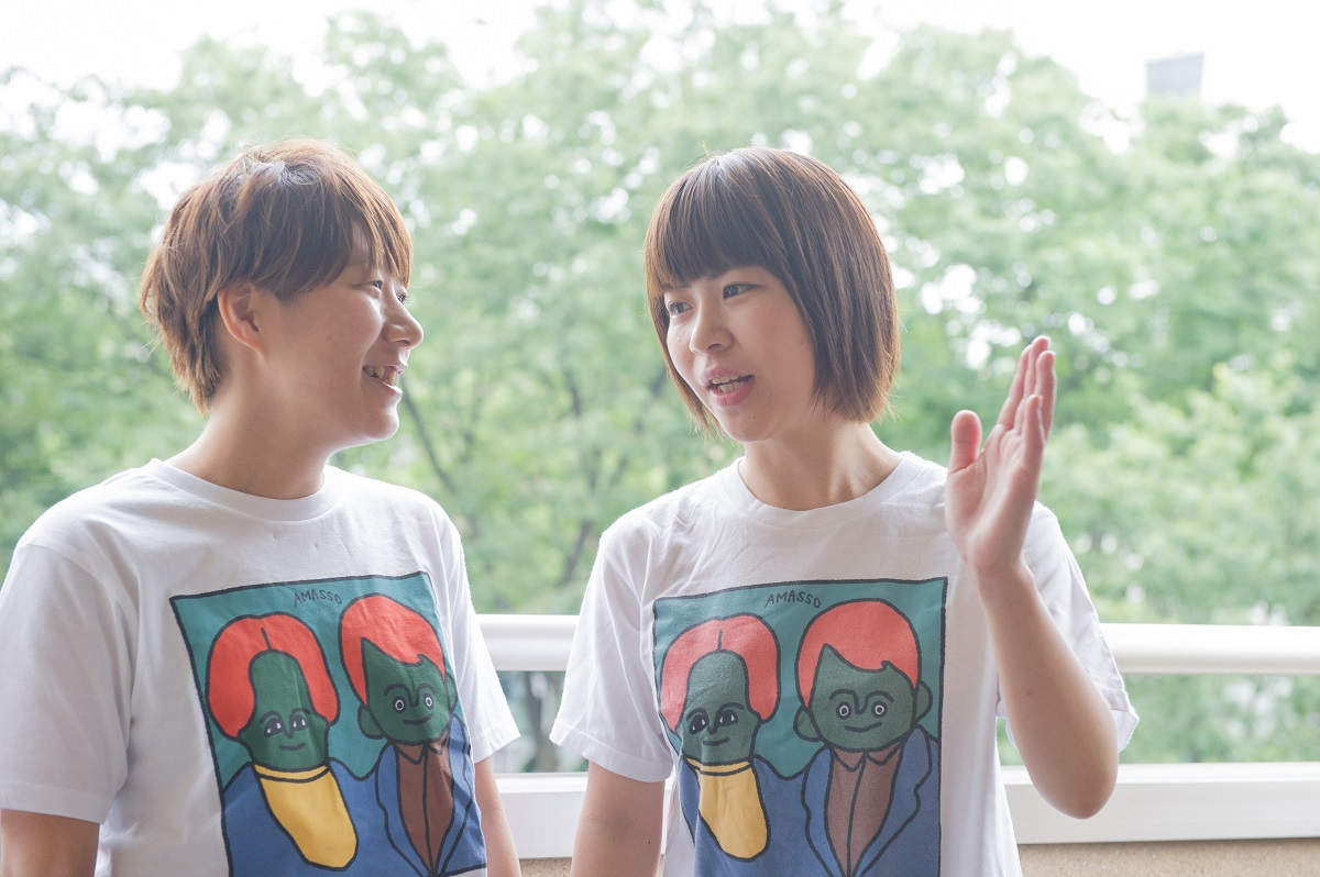 写真・図版 : 村上愛(左)と加納愛子=撮影 平郡政宏(カウンタック写真部)
