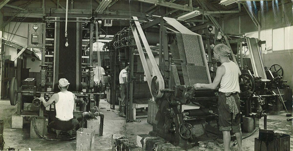 写真・図版 : 着物の需要が盛んだったころの機械捺染を操作する職人=筆者提供