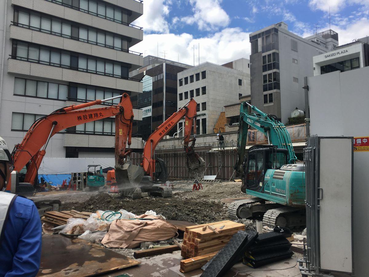 写真・図版 : 京都の街中ではいまもあちこちでホテル建設が行われている=筆者提供