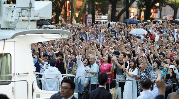 写真・図版 : 参院選の街頭演説に集まり、気勢を上げる支持者たち。21日はどんな結果に?=2019年7月14日、名古屋市中区