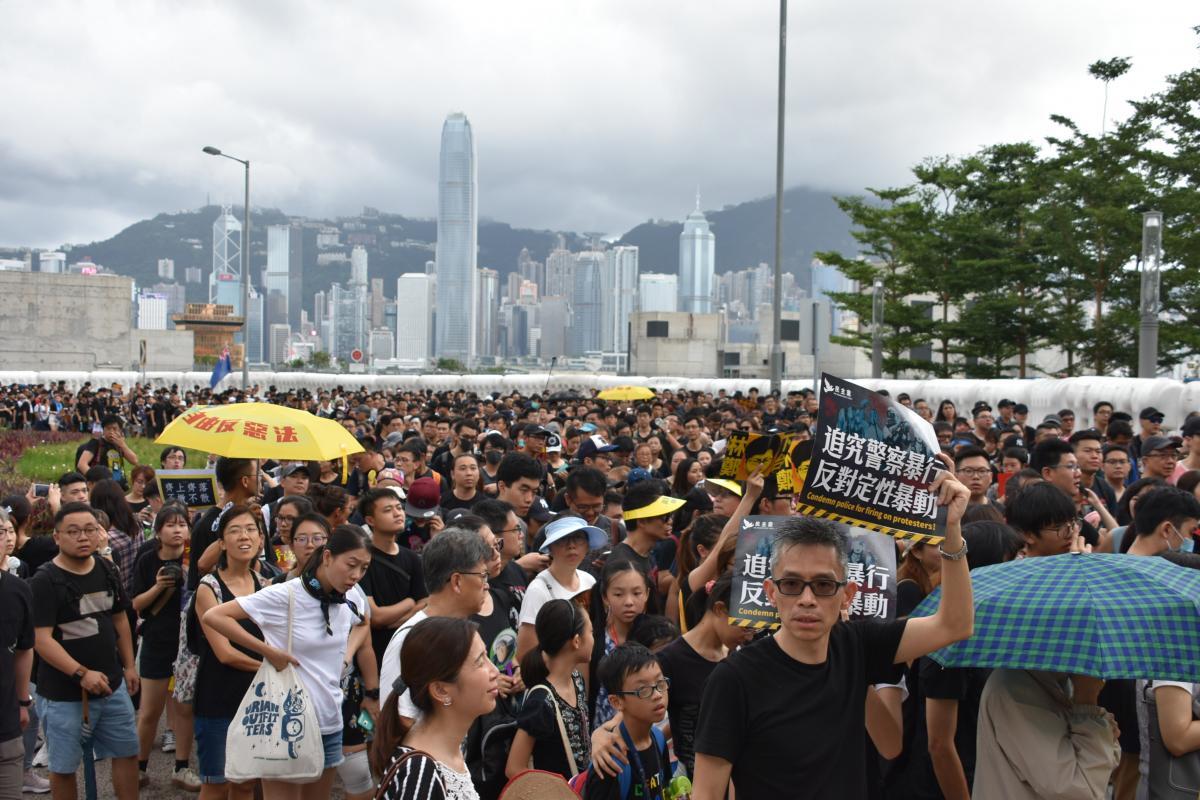 写真・図版 : 部屋の供給が足りず、屋上に小屋を建てて住む人も多い=2017年7月3日、香港・土瓜湾